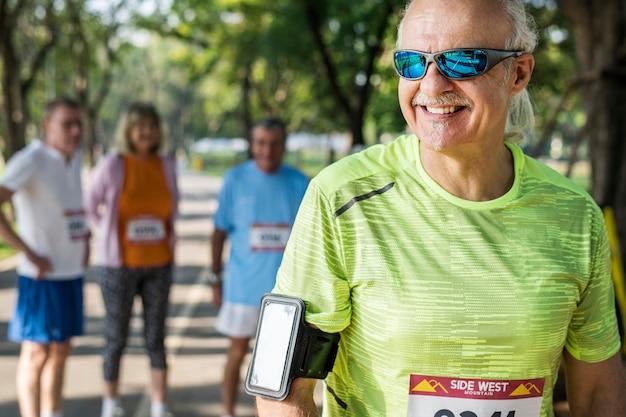 Senior coureur portant un tracker de fitness Photo Premium