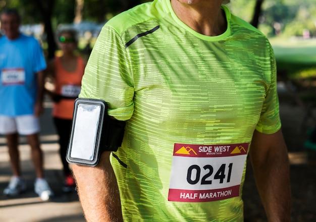 Senior coureur utilisant une application de suivi du fitness Photo Premium