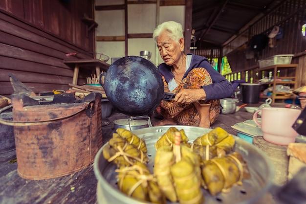 Senior Femme Asiatique Chef Cuisinier Dans La Cuisine, Traditionnelle En Thaïlande Photo Premium