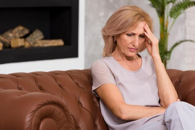 Senior femme ayant un mal de tête Photo gratuit