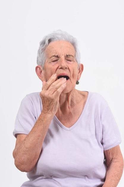 Senior femme avec douleur sur la lèvre sur fond blanc Photo Premium