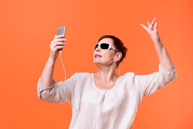 Senior Femme écoutant De La Musique Photo gratuit
