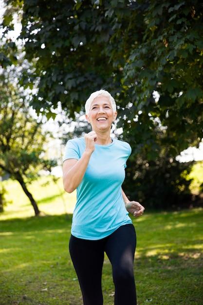 Senior femme jogging dans le parc Photo Premium