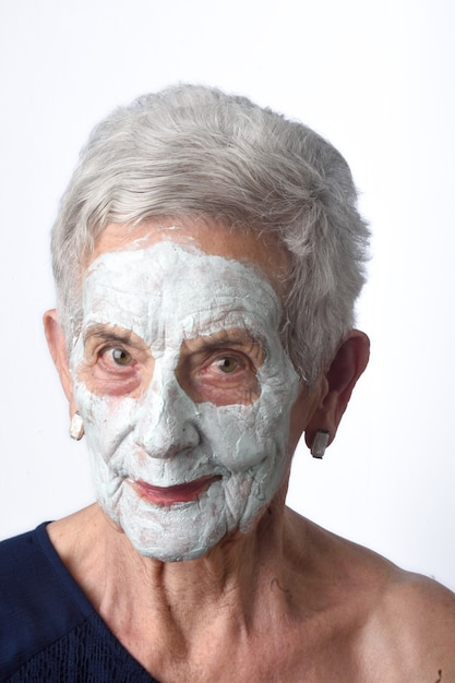 Senior femme avec masque facian blanc Photo Premium