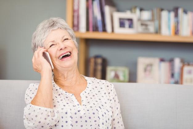 Senior Femme Parlant Sur Un Téléphone Mobile Photo Premium