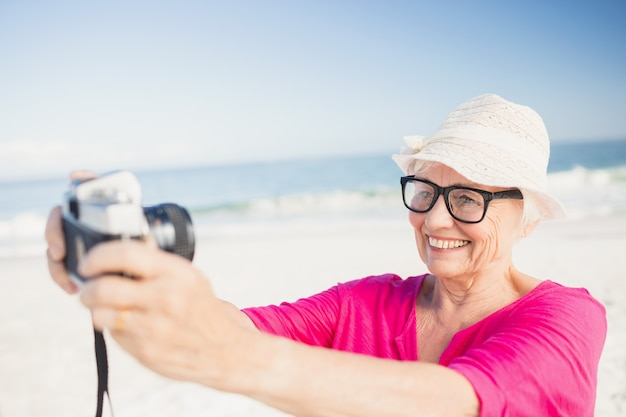 Senior Femme Prenant Selfie Photo Premium