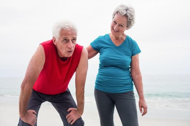 Senior femme réconfortant d'un homme senior fatigué Photo Premium
