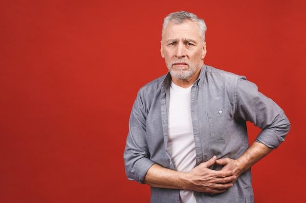 Senior Homme âgé Détient Le Foie. Douleur Dans L'abdomen. Cirrhose Du Foie. Fermer. Isolé. Photo Premium
