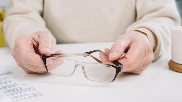 Senior homme faisant de la paperasse Photo gratuit