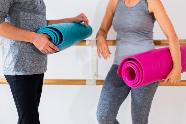 Senior Homme Et Femme Tenant Des Tapis De Yoga Photo gratuit