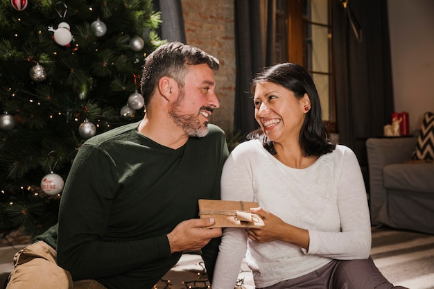 Senior Homme Souriant Offrant Un Cadeau à Son épouse Photo gratuit