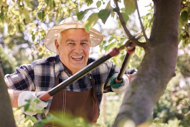 Senior Homme Travaillant Sur Le Terrain Photo gratuit