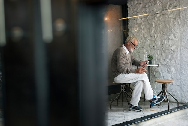 Senior homme utilisant le concept de connexion de téléphone intelligent Photo Premium