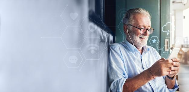 Senior Homme Utilisant Son Téléphone Photo gratuit