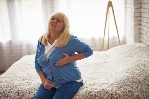 Senior lady souffrant de douleurs cardiaques, traitement urgent. Photo Premium