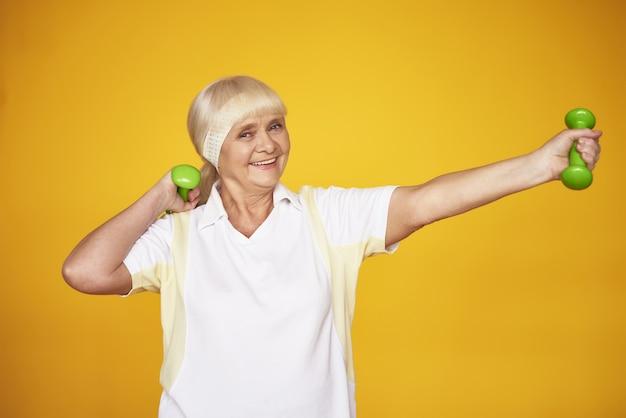 Senior Lady Weigh Loss Workout Avec Haltères. Photo Premium