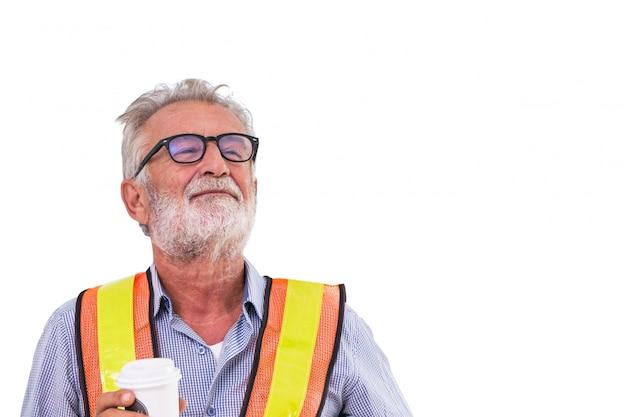 Senior ouvrier ingénieur sourire et tenant une tasse de café isolé sur fond blanc Photo Premium