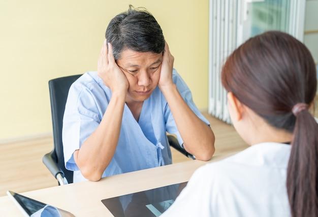 Senior patient asiatique ayant consulté un docteur en cabinet Photo Premium
