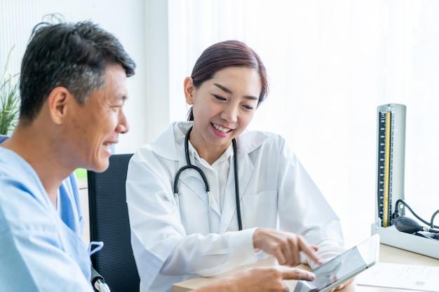 Senior patient asiatique ayant consulté un médecin Photo Premium