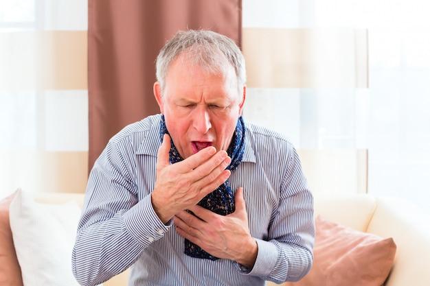 Senior Toussant Et Ayant La Grippe Photo Premium
