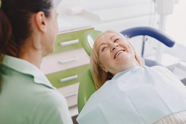 Senior Woman Ayant Un Traitement Dentaire Au Cabinet Du Dentiste. Une Femme Est Traitée Pour Les Dents Photo gratuit