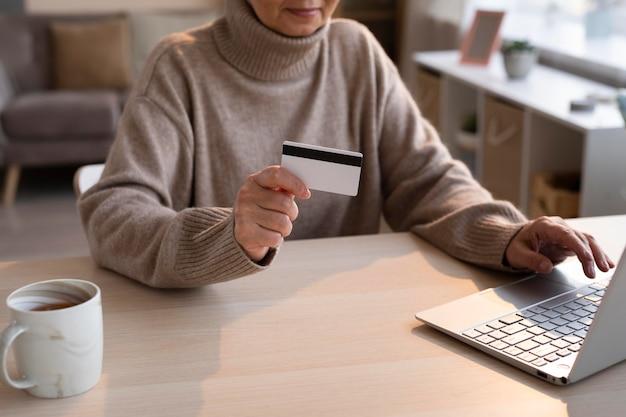 Senior Woman Shopping En Ligne Photo gratuit