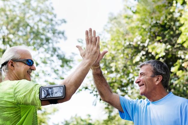Seniors adultes donnant un cinq haut Photo gratuit