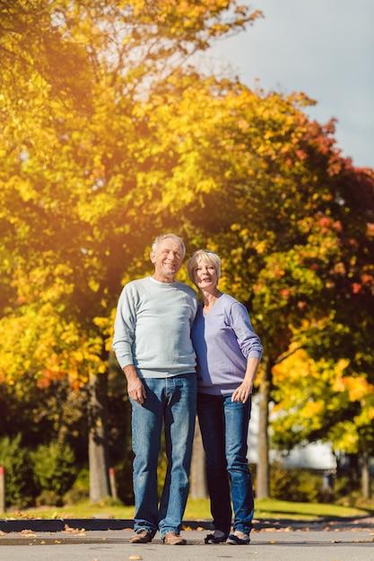 Seniors dans le parc automnal Photo Premium