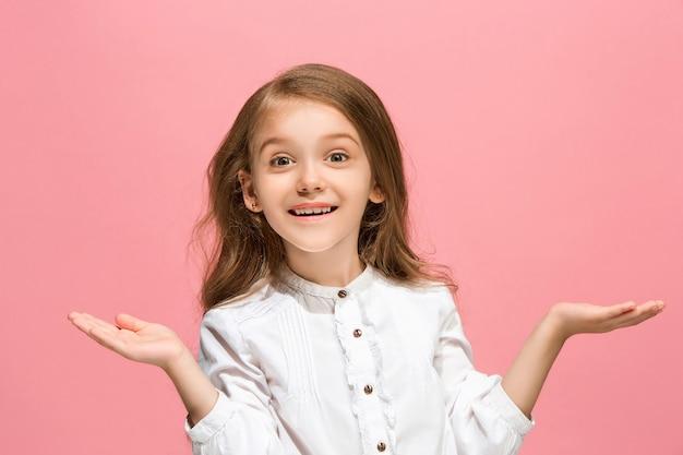 Sensationnel. Beau Portrait Avant Féminin Isolé Sur Fond De Studio Rose. Jeune Adolescente Surprise émotionnelle Debout Avec La Bouche Ouverte. Photo gratuit