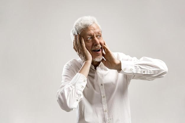 Sensationnel. Senior Male Portrait Demi-longueur Sur Mur Gris. Homme Barbu Surpris émotionnel Mature Debout Avec La Bouche Ouverte. émotions Humaines, Concept D'expression Faciale. Couleurs Tendance Photo gratuit