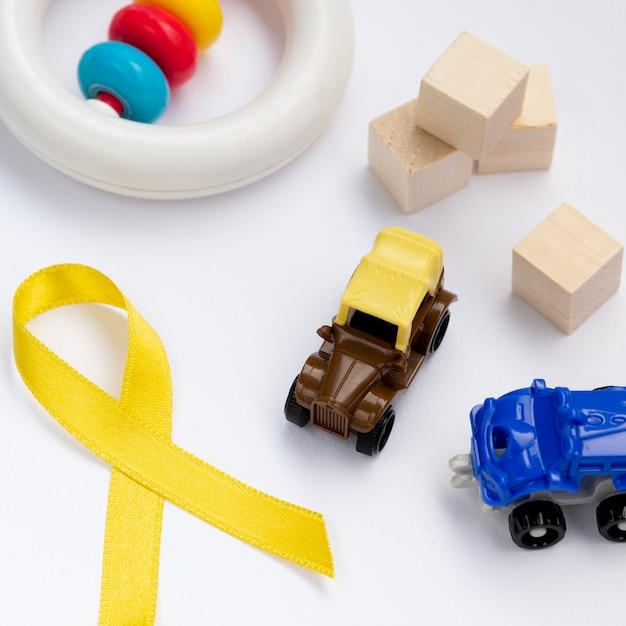 Sensibilisation au cancer à angle élevé avec ruban et jouets Photo gratuit