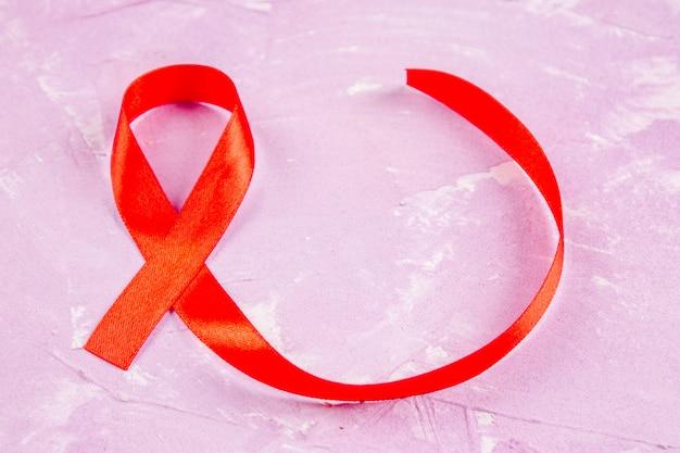 Sensibilisation au ruban rouge pour le concept de la journée mondiale du sida. Photo Premium