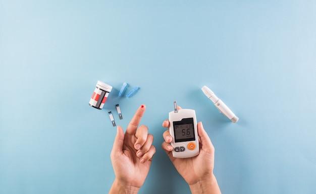 Sensibilisation à La Journée Mondiale Du Diabète. Le Diabétique Mesure Le Taux De Glucose Dans Le Sang Photo Premium