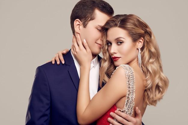 Sensuelle beau jeune couple habillé dans formels Photo Premium