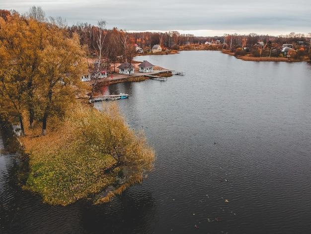 Sentier pédestre vue aérienne le long du lac, forêt d'automne coloré. saint-pétersbourg, russie. Photo Premium