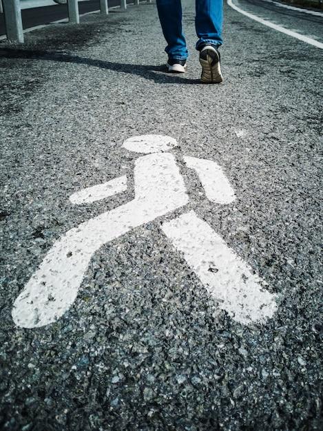 Sentier, signe sur le trottoir. Photo Premium