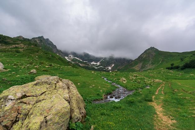 Sentier touristique au lac Photo Premium
