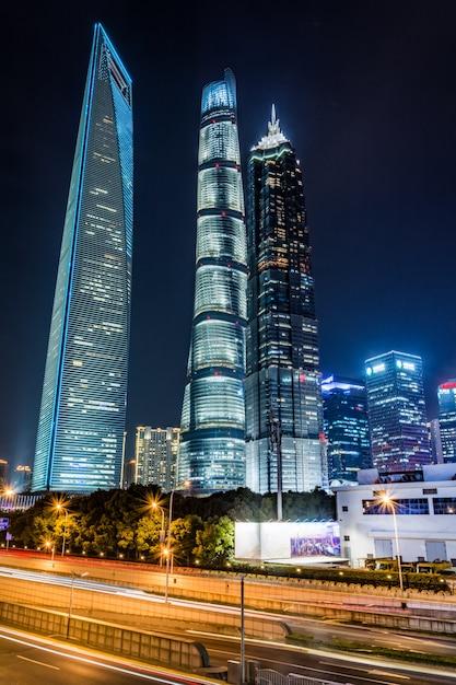 Sentiers légers sur le fond du bâtiment moderne en chine de shanghai Photo gratuit