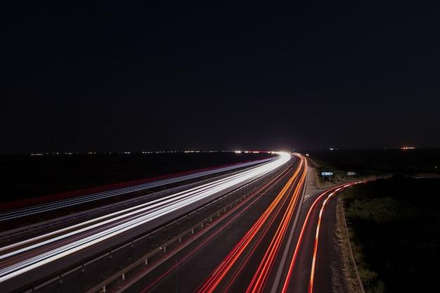 Sentiers de lumière sur l'autoroute Photo Premium