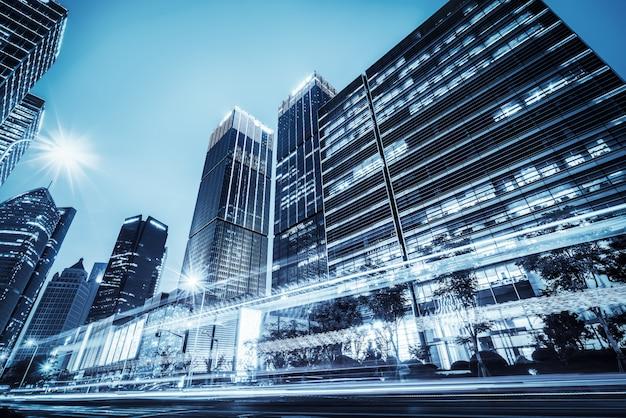 Les sentiers de lumière sur le bâtiment moderne Photo Premium