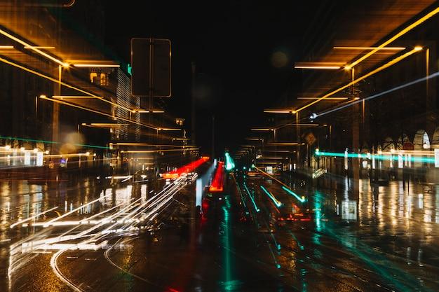Sentiers de lumière sur la rue Photo gratuit