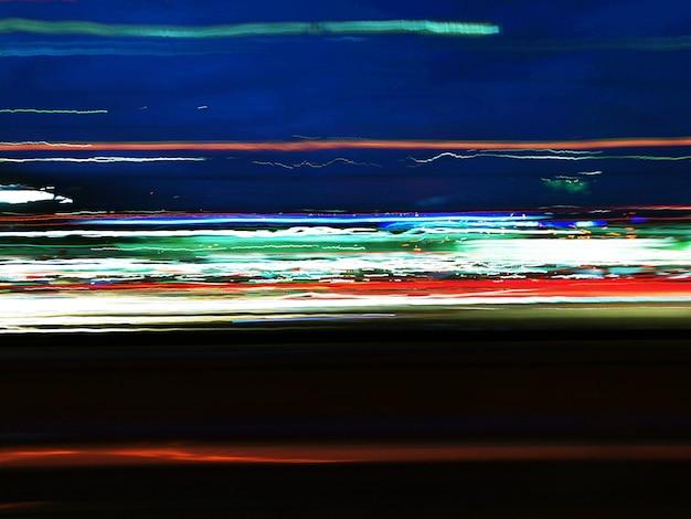 Sentiers de nuit colorés dans la rue Photo Premium