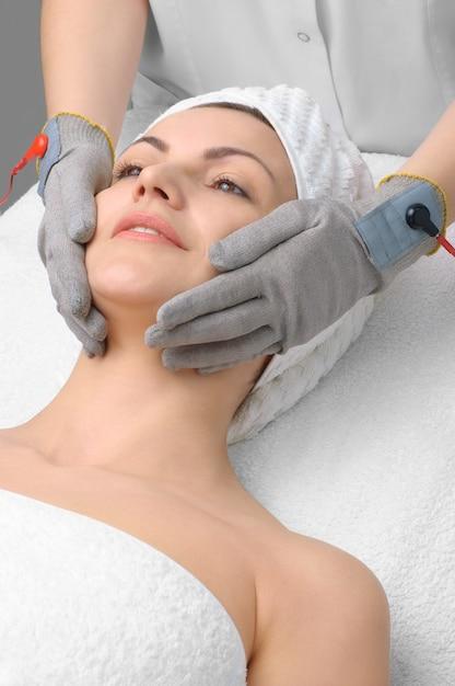 Série de salon de beauté. massage du visage Photo Premium