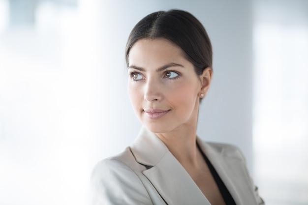 Sérieuse Belle Femme D'affaires D'âge Moyen Photo gratuit