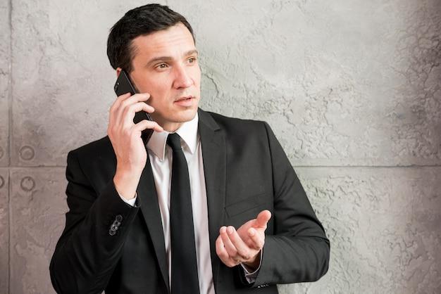 Sérieux, adulte, homme affaires, parler téléphone Photo gratuit