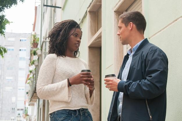 Sérieux, fille noire, discuter, à, petit ami caucasien Photo gratuit