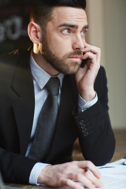 Sérieux, Homme Affaires, Parler, Téléphone, Dans, Bureau Photo gratuit