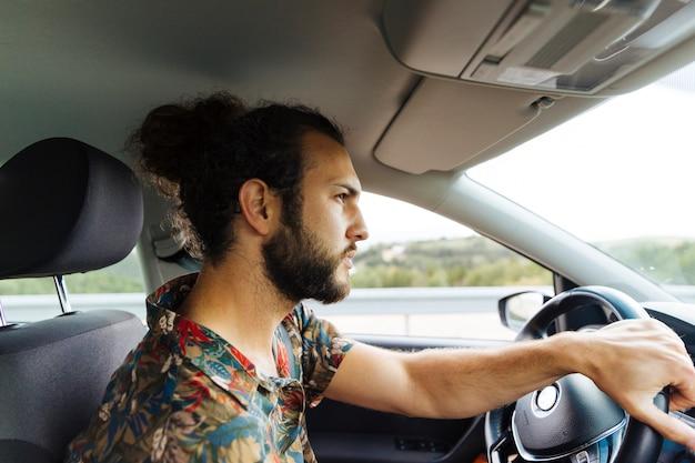 Sérieux homme barbu dans la voiture Photo gratuit