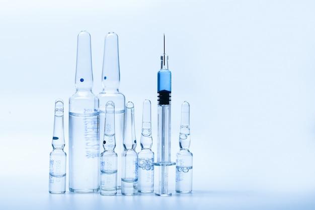 Seringue en verre et bouteilles de médicament Photo Premium