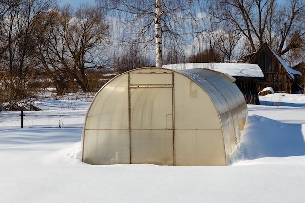 Serre dans le jardin en hiver Photo Premium